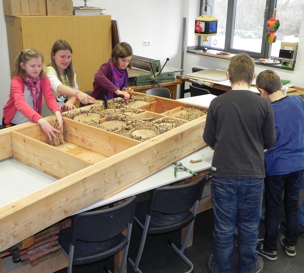 Bau eines großen Insektenhotels mit Schülern des St.-Angela-Gymnasiums. Der Bauhof der Stadt hat es an seinem Standort im Kurpark aufgestellt.