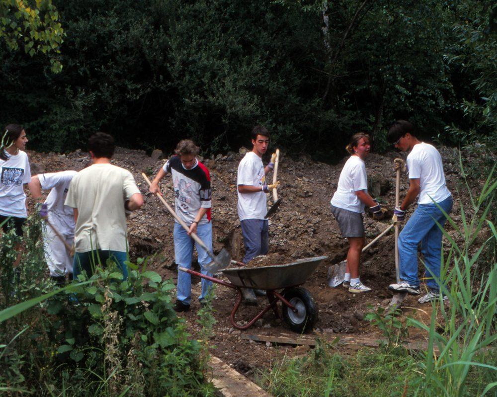 """Internationale Begegnung: Jugendliche aus fünf Nationen bei Gestaltungsarbeiten im Naturschutzgebiet """"Neffelsee"""""""